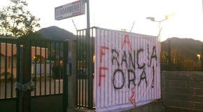 En réaction aux nombreuses interpellations récentes, la jeunesse corse a cadenassé toutes les voies d'accès à la gendarmerie de Corti